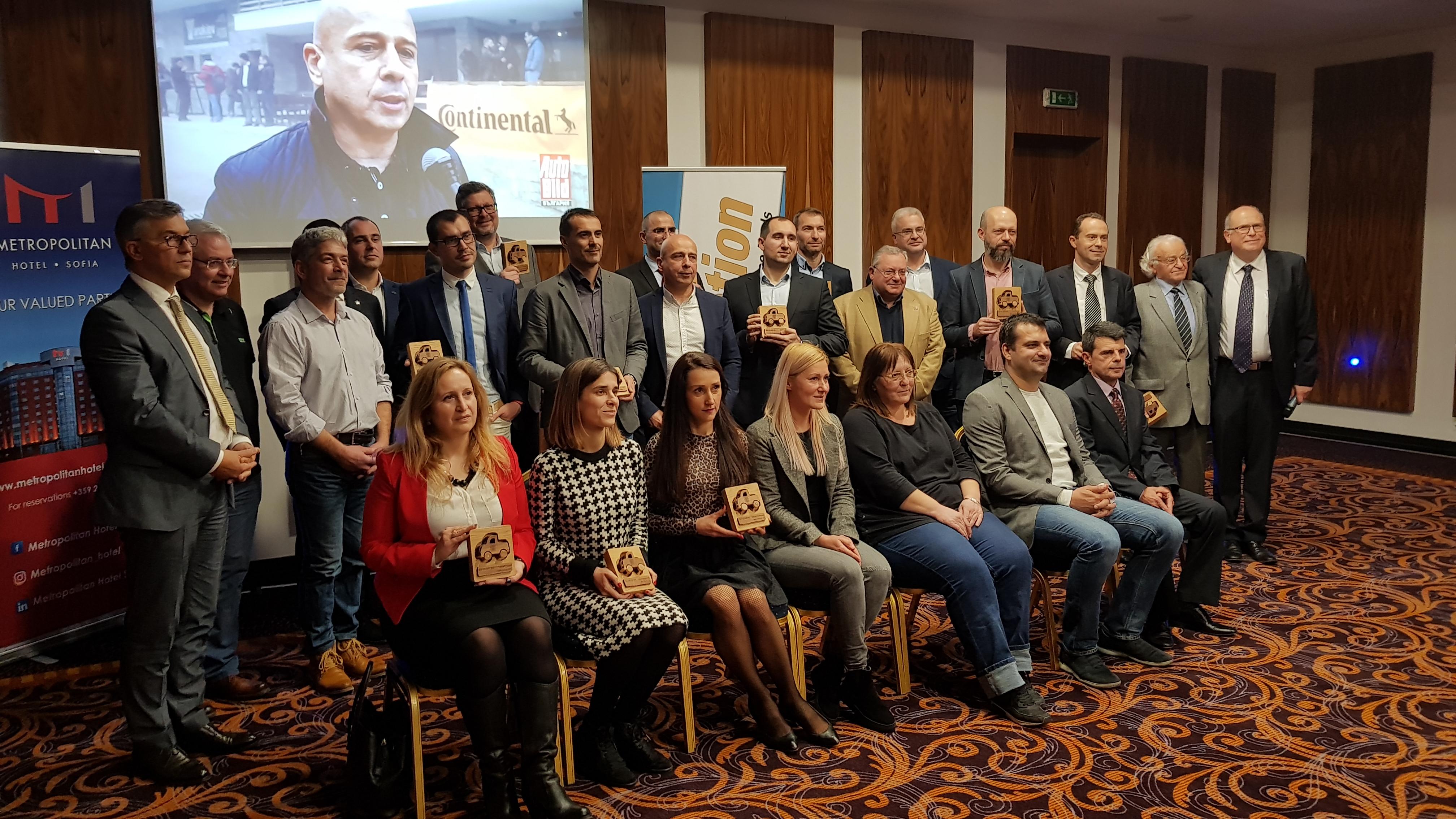 Костадин Грозданов, най-високият на третия ред с наградата на Mahindra