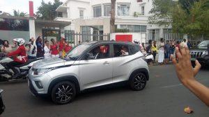 Mahindra KUV100 като папамобил